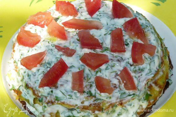 Перемазать коржи, сложить друг на друга. В качестве начинки можно использовать помидор, тертый или плавленный сыр (но это необязательно, по желанию).