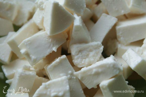 Сыр фета нарезать кубиками.