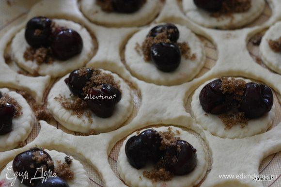 На каждый круг выложить крупные ягоды по 2 шт., мелкие по 4 шт., а также по 1-2 ч. л. сахара коричневого. Защипывать тесто, как на вареники.