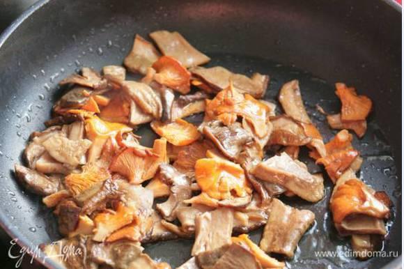 В большой тяжелой сковороде разогреть 3 ст. ложки оливкового масла и обжаривать свежие грибы, пока они не начнут отдавать свой сок.