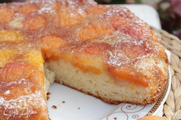 Вынуть форму из духовки, дать пирогу постоять 15 минут, а затем перевернуть на плоское блюдо.