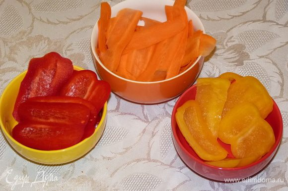Морковь нарезать тонкими слайсами, перец полосками.