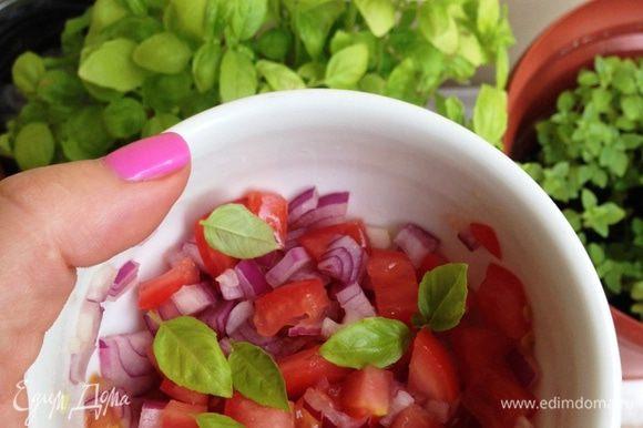 Для сальсы красный лук и помидоры нарезать мелким кубиком, добавить листочки базилика, приправить солью и перцем. Перемешать, заправить оливковым маслом Выложить на тарелку запеченные овощи, немного посолить. Сверху выложить сальсу. Съесть с удовольствием :)