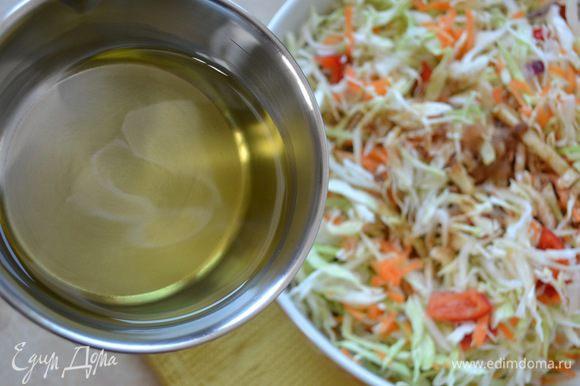Тем временем раскалить на огне растительное масло (я использую в этом салате масло виноградных косточек).