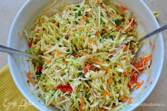 Все перемешать... и можно сразу же подавать салат на стол! А можно дать немного постоять и пропитаться маринадом.