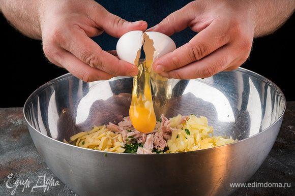 Затем добавить яйцо посолить, поперчить и хорошо перемешать.
