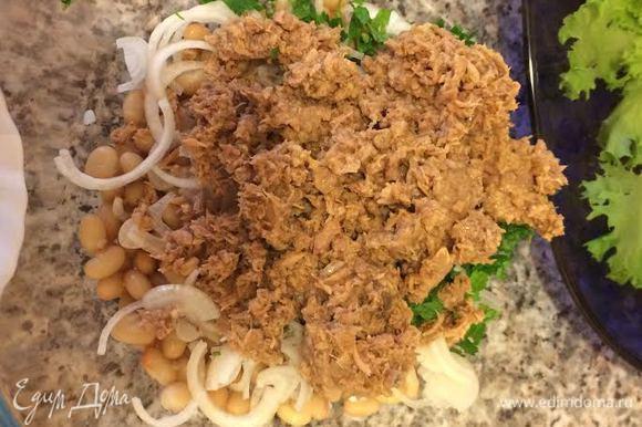 Тунец открыть, слить всю жидкость. Петрушку и чеснок мелко порезать. Добавить в салат петрушку, чеснок и тунец.