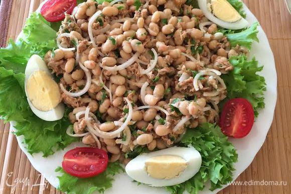На тарелку выложить листья салата, сверху салат, украсить вареным яйцом и помидорками. Приятного аппетита!