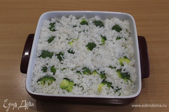 Выложить отваренный рис.