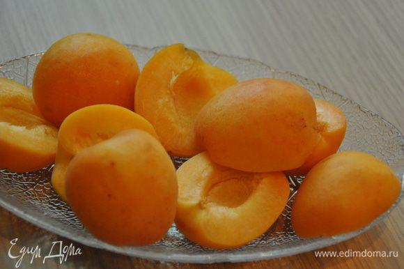 Непосредственно перед приготовлением наших грудок займемся другими ингредиентами. Абрикосы делим пополам. Персики — на четыре части.