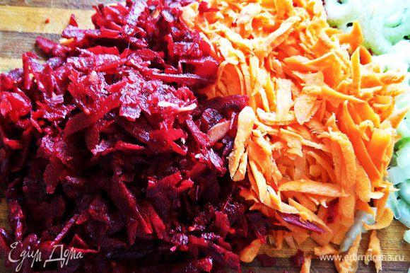 Заранее моем, чистим овощи и натираем на крупной терке морковь и свеклу.