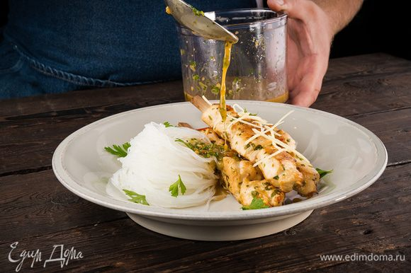 Сверху можно посыпать измельченной петрушкой и имбирем. Шашлычки выкладываем на тарелку вместе с лапшой. Поливаем оставшимся соусом.