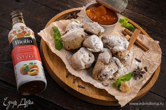 Подавать печенье с абрикосовым вареньем.
