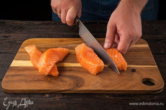Нарезаем филе лосося на куски шириной около 3 см.