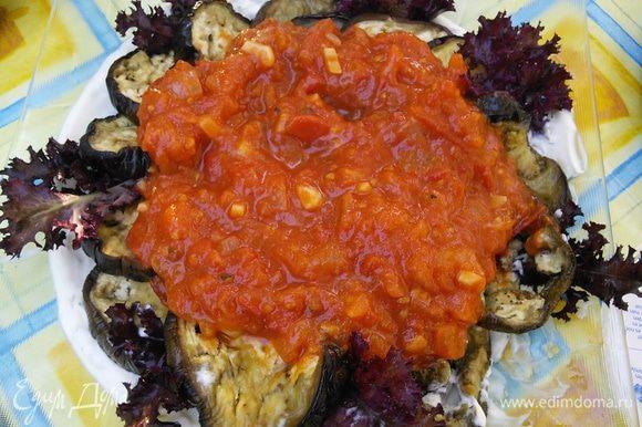 На большое блюдо выложить слоями: сметанный соус, баклажаны, суго.