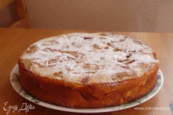 Готовый яблочный пирог посыпаем сахарной пудрой.