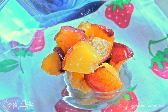 Сверху — кусочки нарезанного персика или нектарина.