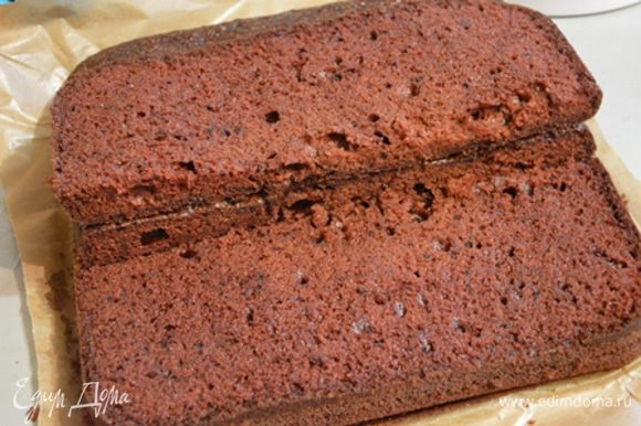 Выпекаем бисквит по рецепту www.edimdoma.ru/recipes/17392. Я делала двойную порцию и выпекала в квадратной форме на 28 см.