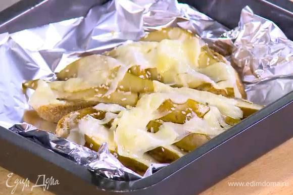 Противень выстелить пищевой фольгой, выложить тосты с начинкой и отправить под разогретый гриль на 2 минуты.