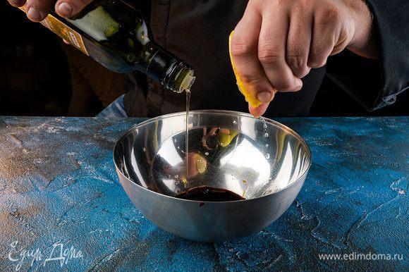 Приготовить заправку, смешав лимонный сок, соевый соус, сахар, кунжутное масло. Из чили удалить семена и мелко нарубить, добавить в заправку.