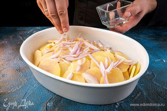 На картофель выкладываем рыбу. Далее выкладываем помидоры, картофель, лук, посолить.