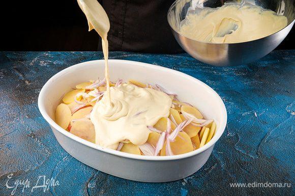 Поливаем соусом и присыпаем сыром. Выпекаем при температуре 180°С 30 — 35 минут.