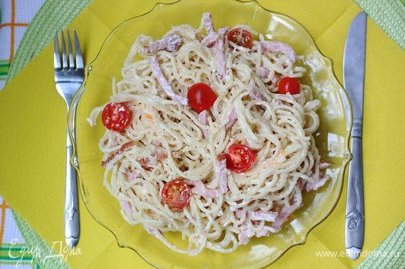 Вливаем готовый соус в спагетти, добавляем сушеный базилик (по вкусу), можно также добавить помидоры черри, все это дело перемешиваем и наслаждаемся вкусным обедом =)