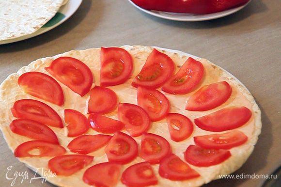 Выкладываем тоненько нарезанный помидор.