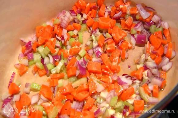 В тяжелой, глубокой кастрюле разогреть оливковое и сливочное масло и обжарить нарезанные овощи.