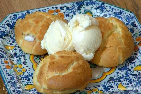 Посыпать пирожные сахарной пудрой и подавать с мороженым.