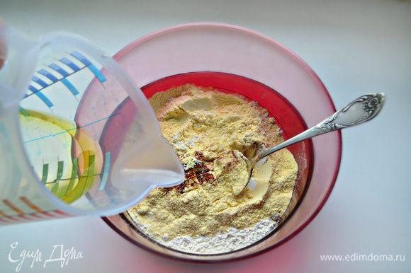 Для приготовления теста необходимо просеять кукурузную и пшеничную муку, добавить соль, молотую паприку и перемешать. Добавить теплую воду с маслом, всыпать муку и перемешать.