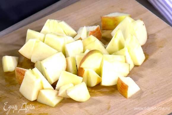 Из половинки лимона выжать сок и полить нарезанные яблоки.