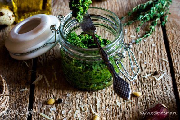 Медленно добавьте кедровое масло, затем аккуратно введите оливковое масло, пармезан, соль и еще раз перемешайте, только уже в импульсном режиме. Переложите в герметичный контейнер и храните в холодильнике до необходимости.