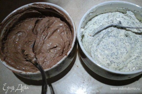 Делим творожную смесь на две равные части. В одну часть добавляем ваниль и мак, а в другую — какао и сметану. Все хорошо перемешиваем.