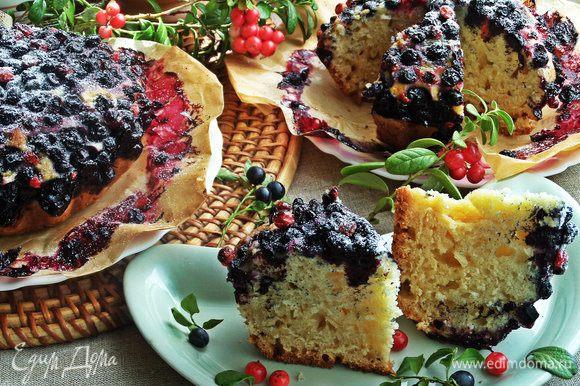 Ароматный, пропитанный слоем ягод бисквитный пирог, очень вкусный, думаю, много зависит от качества добавленного масла.