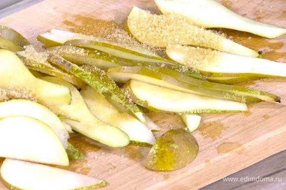 Груши, удалив сердцевину, нарезать тонкими ломтиками, полить лимонным соком и посыпать 1 ст. ложкой сахара.