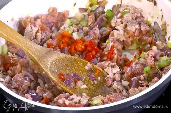 Перец чили, удалив семена, мелко порубить, добавить в сковороду с фаршем и обжарить все до готовности мяса.