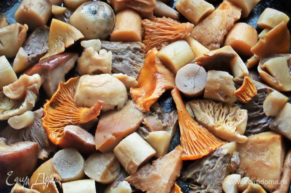 Слегка пассеруем грибы в сковороде после овощей.