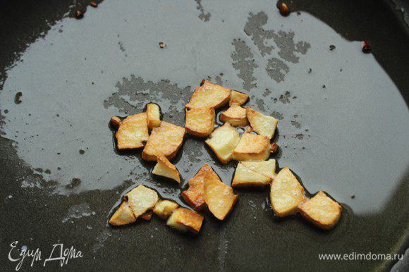 Разогреть сковороду, налить оливковое масло, чеснок очистить и мелко порубить, положить в масло. Пассеровать чеснок до появления насыщенного аромата.