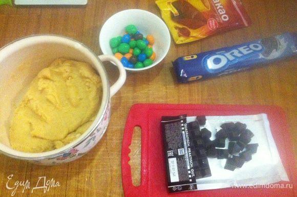 Соедините между собой муку и жидкую смесь, замесив пластичное тесто. Нарезать на мелкие части шоколад и печенье.