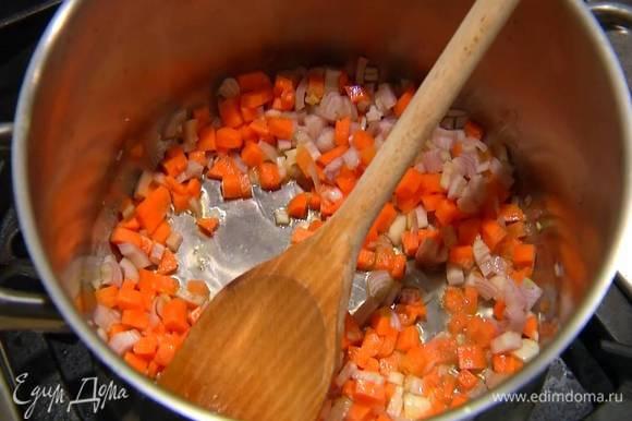 Разогреть в большой кастрюле оливковое масло и немного обжарить подготовленные овощи.