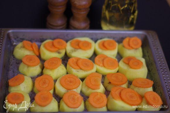 Подготовить морковь: почистить, нарезать тонкими ломтиками, положить красиво на картошку.