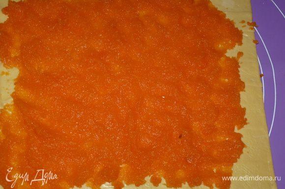 Выложить на тесто ровным слоем тыквенную массу.