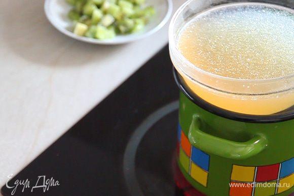 Ставим замоченный желатин на паровую баню для его растапливания до однородной массы.