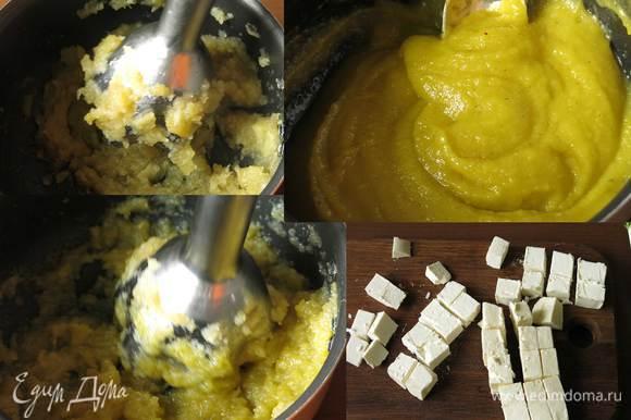 Измельчаем яблоки. Добавляем порциями масло горчичное (марка Biolio), продолжаем взбивать 10 минут, кладем щепотку соли. Масса получается гладкой. Соуса хватит на три порции, на фото представлен процесс нарезки на одну персону. Нарезаем фету и имеретинский сыр.