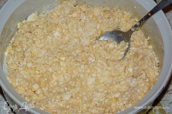 Яблоки очистить и натереть на мелкой терке, добавить к творожной массе. Если яблоки очень сочные, то сок слегка отжать или просто слить. Перемешать. Смесь получается очень нежная, немного жидкая.