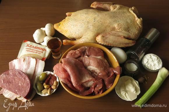 Подготовим все продукты по списку. Птицу, основу для начинки — говядину и телятину, добавки — вяленые томаты, оливки, пряную говядину, грудинку для прослойки, специи, компоненты загустителя, печень для рулета. Приготовление галантина — творческий процесс, меняем состав начинки, слои и способ измельчения. Из всех компонентов рекомендую сделать слой тонкой грудинки (бекона) — получается более сочная начинка и красивый разрез гарантирован, обязательно положить нарезанную колбасу, ветчину или как у меня пряную говядину — и структура, и вкус обогатятся, и конечно, «поймать» достойную птичку. Скажу честно, птица не марки «Утолина», такой бренд у нас не продается, но уверена, что прекрасно получится это блюдо и с фирменной птицей.