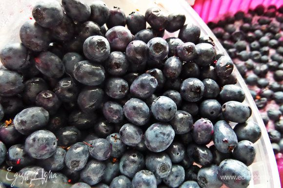 Часть творожной массы выложить на дно и сверху расположить ягоды.