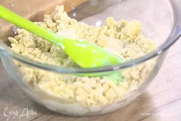 Тесто переложить в миску, влить оставшееся молоко и вымешать лопаткой.