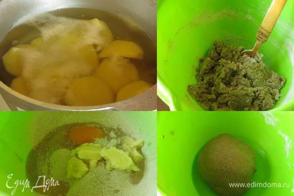 Картошка уже сварилась. В ржаную цельнозерновую муку вбиваем яйцо, солим, наливаем 4 — 5 ложек отвара картофеля, снимаем жир с бульона, кладем к замесу (за счет жира получится хрустящая корочка), замешиваем. Для эластичности добавляем 1 — 2 ложки растительного масла. Кладем тесто в холодильник.